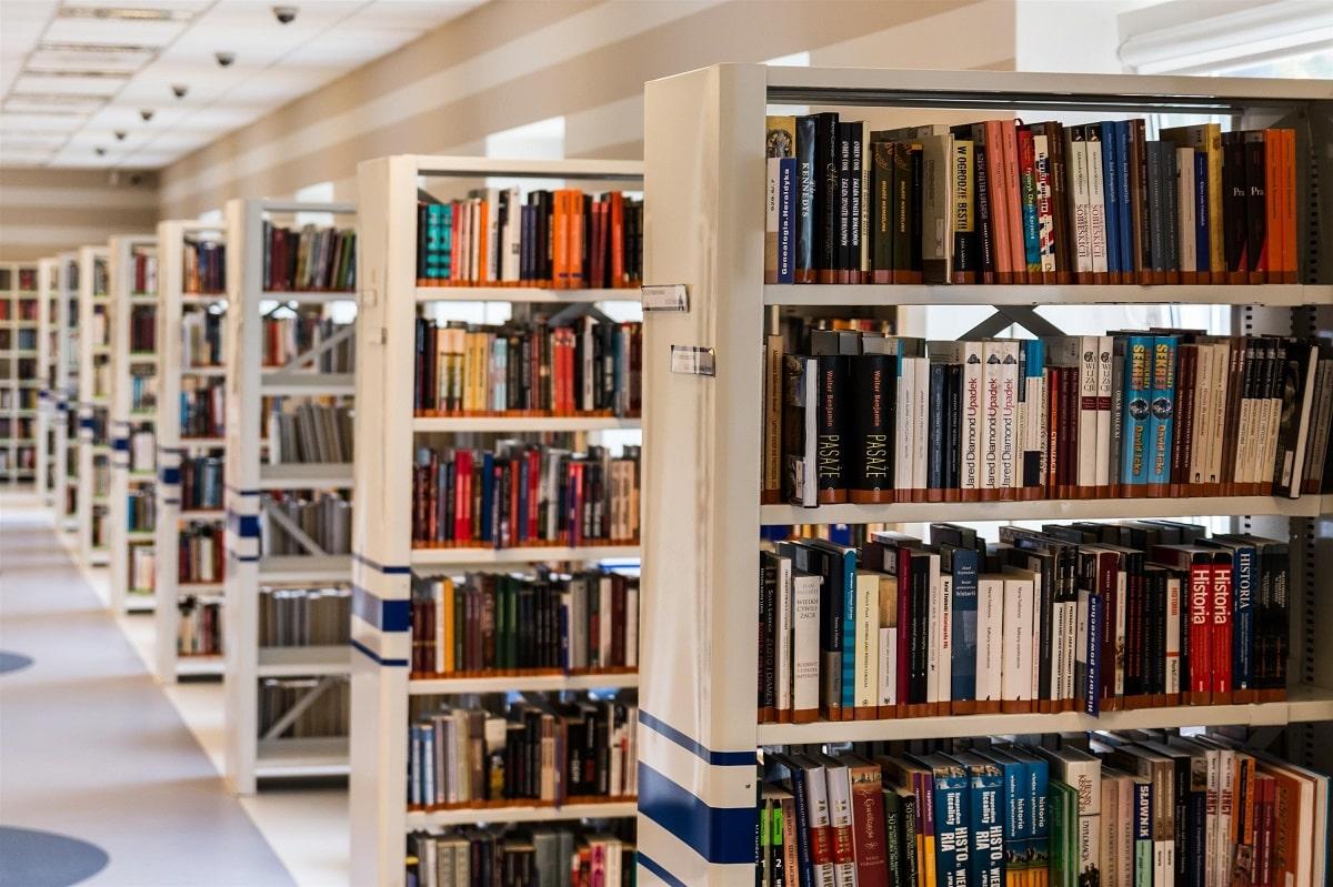 Estanterías con libros en una biblioteca