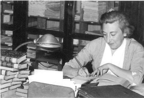 Elena Amat Calderón, bibliotecaria de las Bibliotecas Populares de Madrid