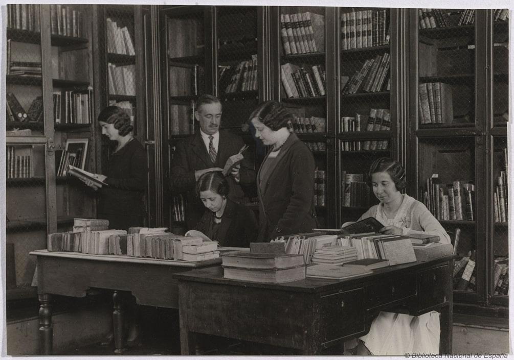 La bibliotecaria Ángela García Rives en al Biblioteca Nacional de España