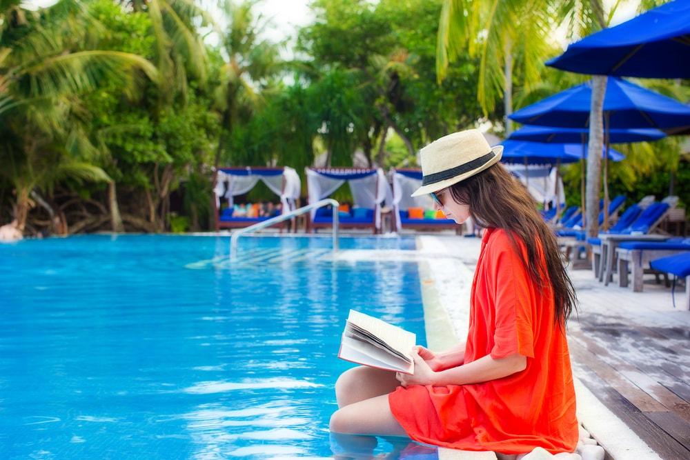 Las biblioplayas y bibliopiscinas acercan la lectura y el entretenimiento a los bañistas