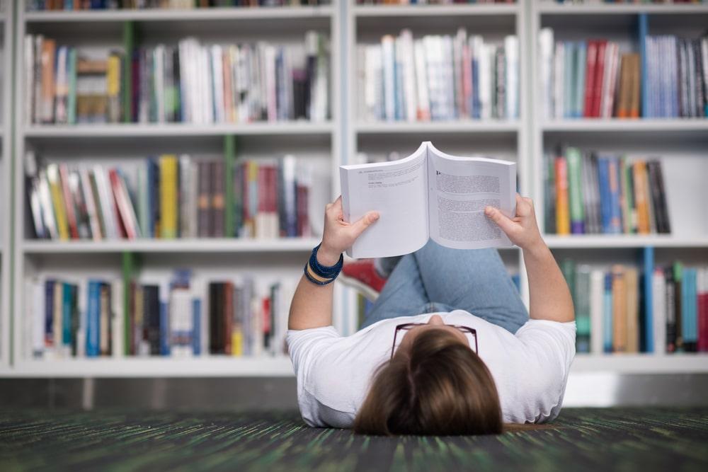 Leer es un modo de entretenimiento y conocimiento que desde hace tiempo convive y compite contra otras formas de ocio e información
